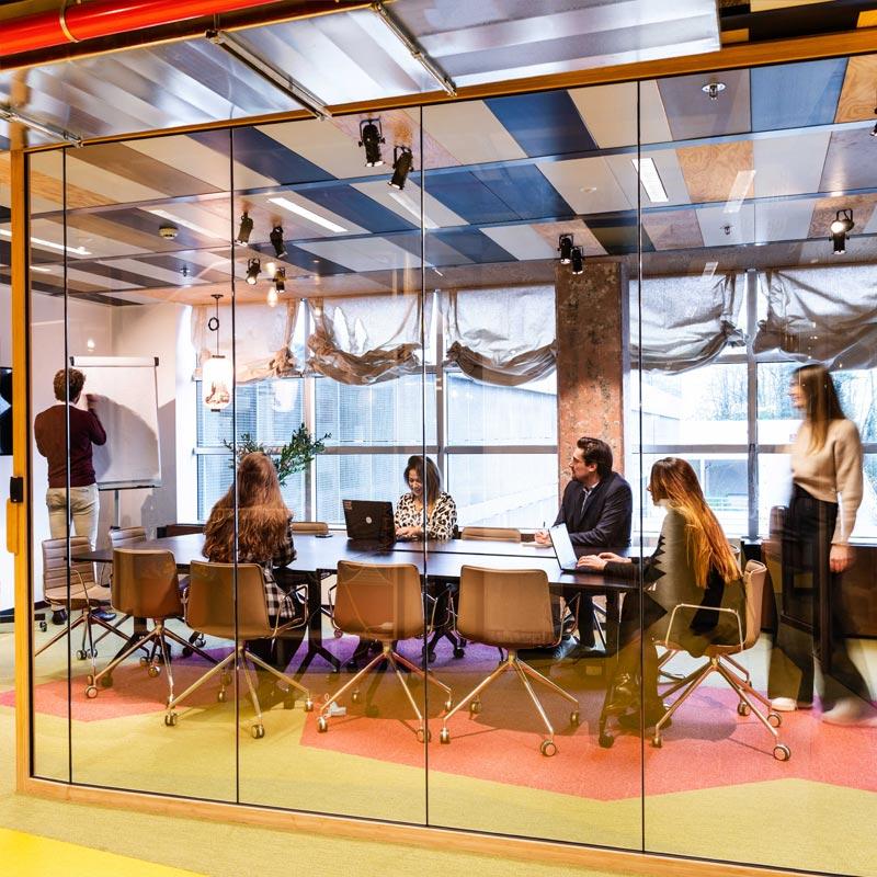Waarom vergaderruimtes niet overbodig zijn